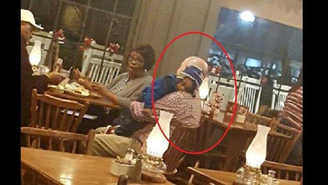 eca09cebaaa9 ec9786ec9d8c 102 - Le manager d'un restaurant aide des grands-parents et leur petit-fils endormi
