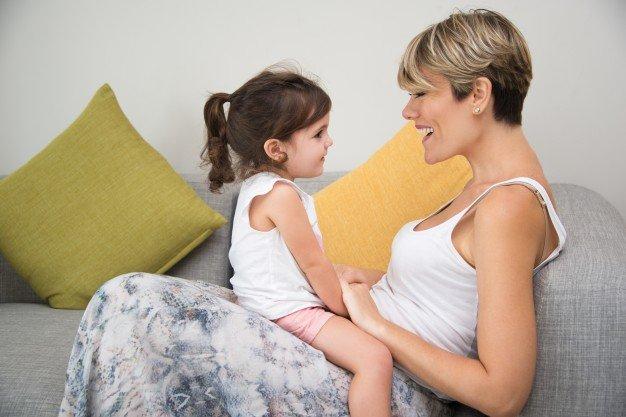 feliz-madre-disfrutando-de-la-comunicacion-con-la-hija_1262-3232