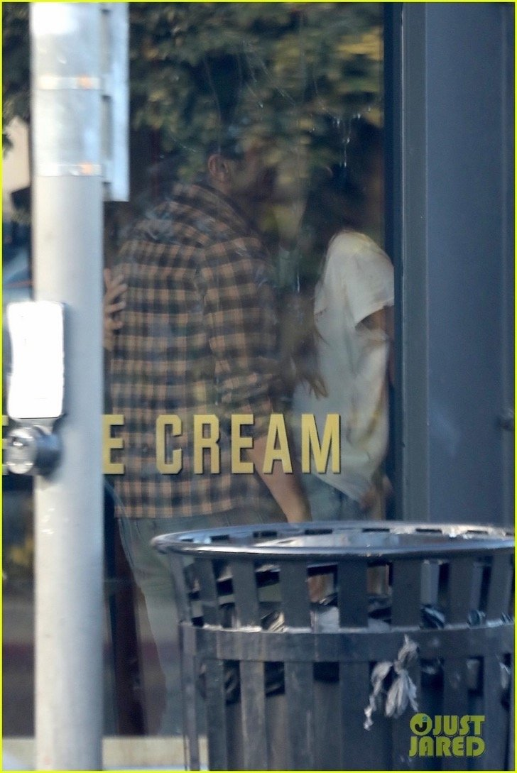 james-franco-girlfriend-isabel-pakzad-share-a-kiss-ice-cream-03