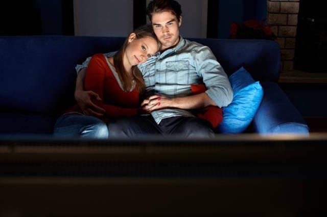 loveform 273255 man and woman watching movie on tv xs.jpg?resize=1200,630 - 泣ける映画はコレだ!ジャンル別人気作品とは?