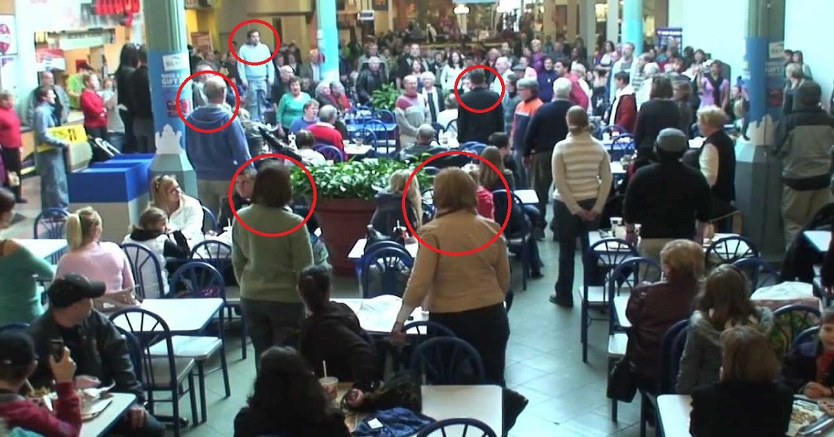 maxresdefault 5.jpg?resize=412,232 - These Unsuspecting Shoppers Got A Surprise At Food Court