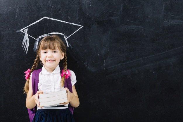 muchacha-del-alumno-con-los-libros-en-sombrero-principal_23-2147678677
