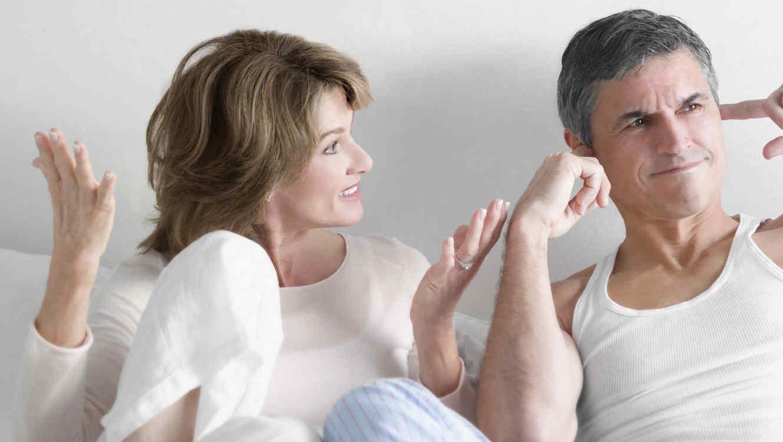 pareja-discutiendo-en-la-ca