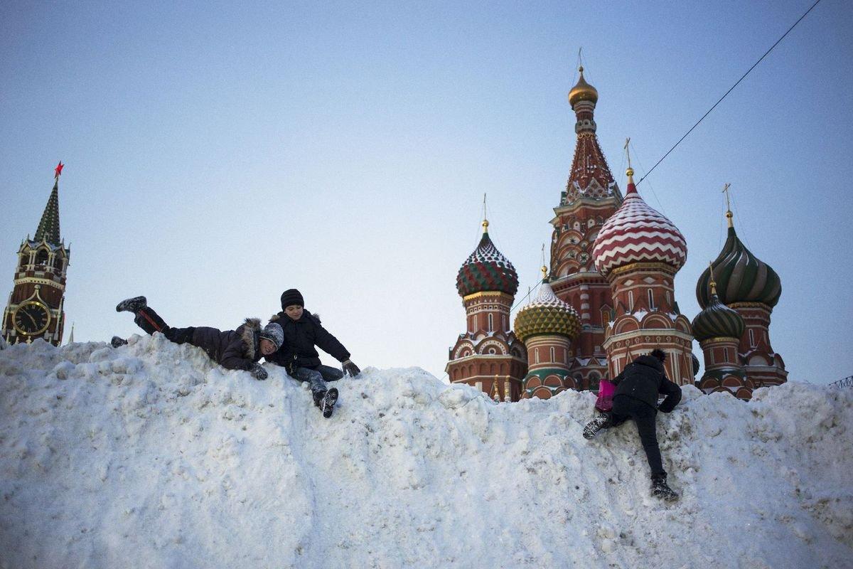 rusko-sneh-zima-moskva-deti-hra-cervene-namestie-chram-vasilija-blazeneho-galeria