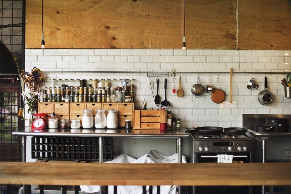 the narrow kitchen organizing 1b594f0889d5fc096149888b4375f71d - 狭いキッチンも工夫次第で劇的に収納力アップ!