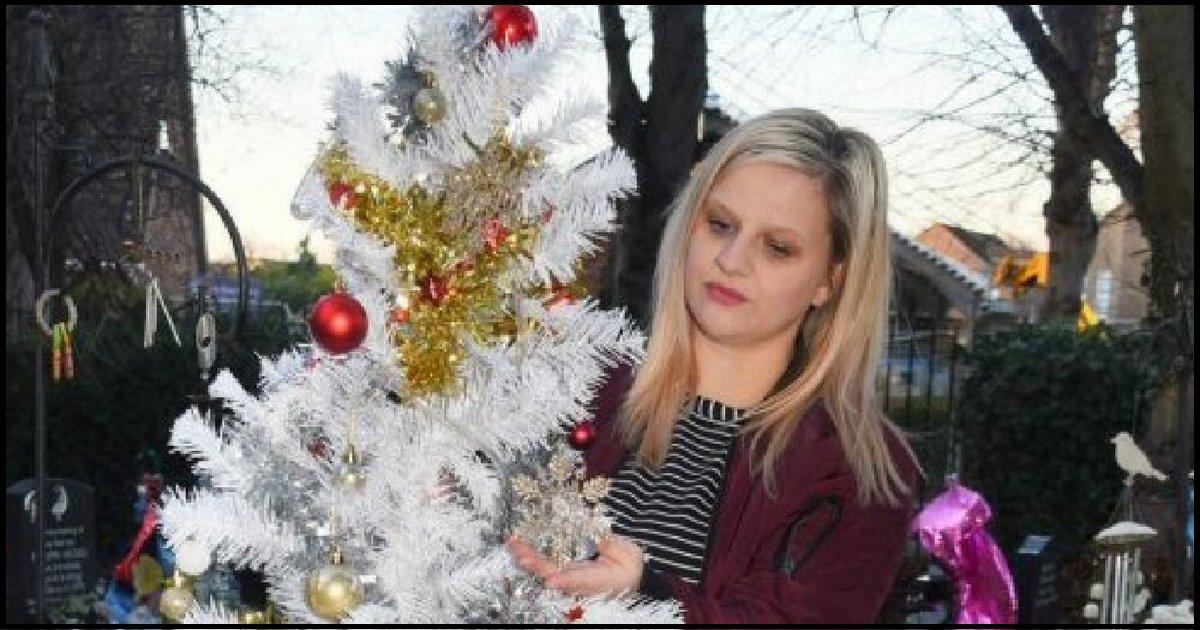 thumb nail grieving mom.png?resize=636,358 - Mãe em luto coloca árvore de natal ao lado do túmulo do filho e é obrigada a removê-la