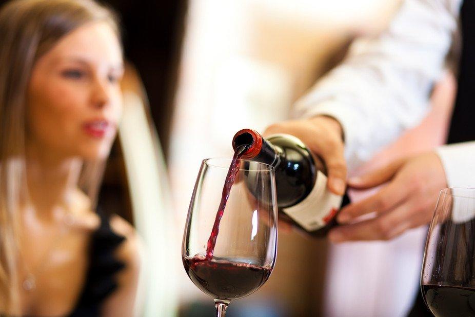 1 111.jpg?resize=648,365 - 意外と知られていないワインの注ぎ方のマナーについて