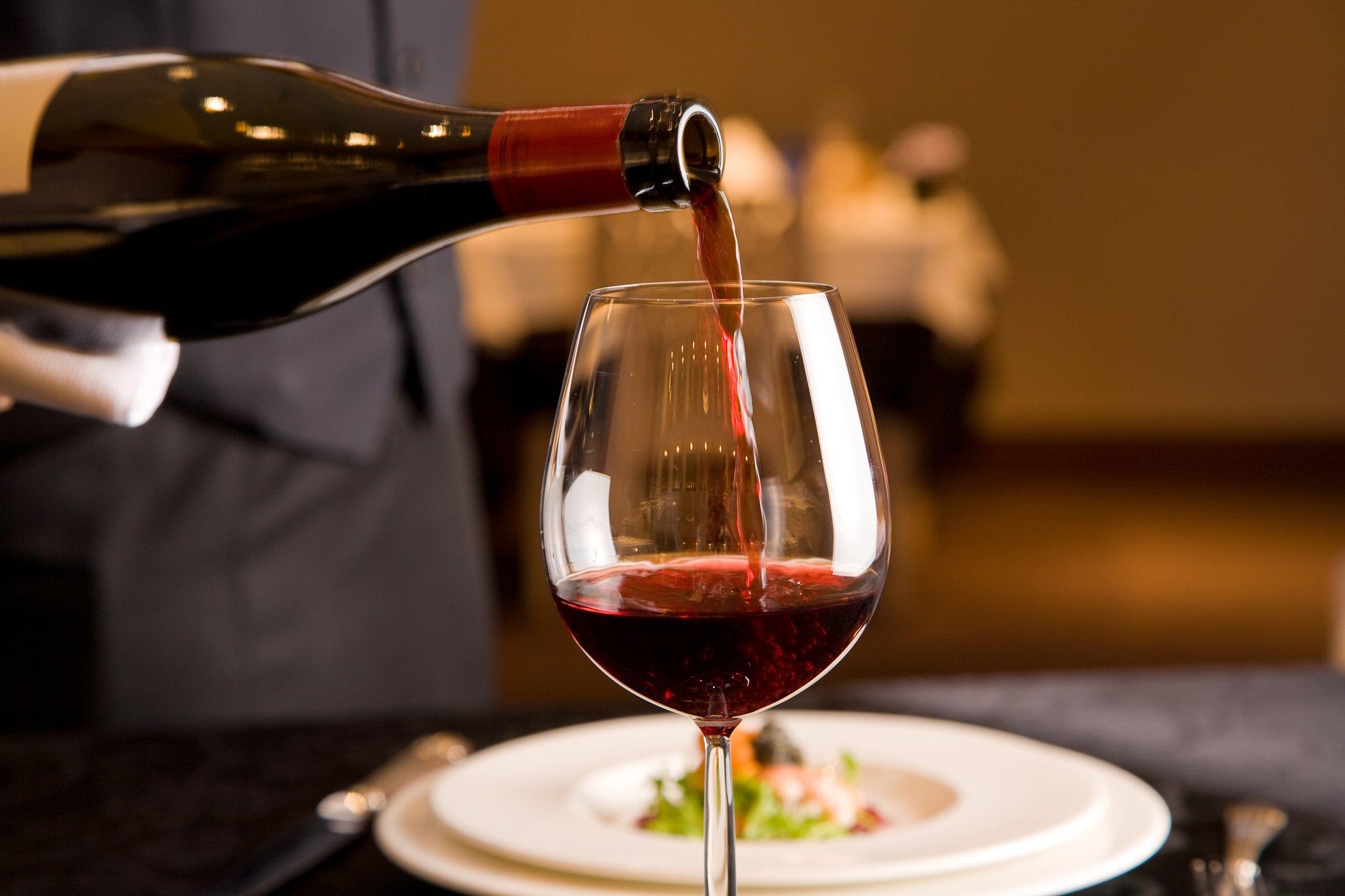4 98 - 意外と知られていないワインの注ぎ方のマナーについて