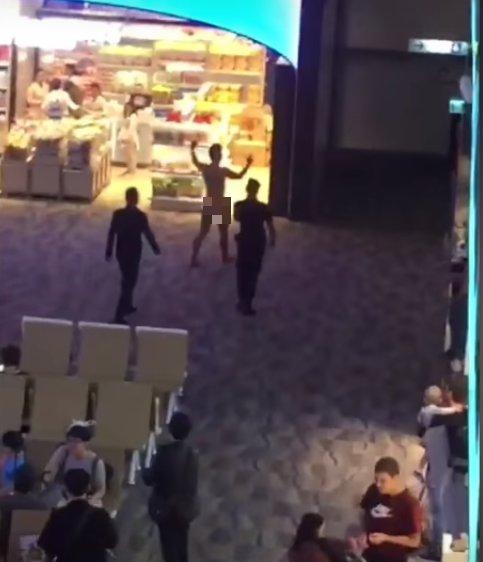0756824236c2fd2b1a10986a85f35726 - タイの空港で裸で人々の顔にXを投げる男性