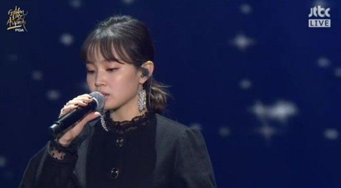201801111849422667 d - 골든디스크, 종현 추모곡 '한숨' 무대 부르다 멈추는 이하이 (영상)