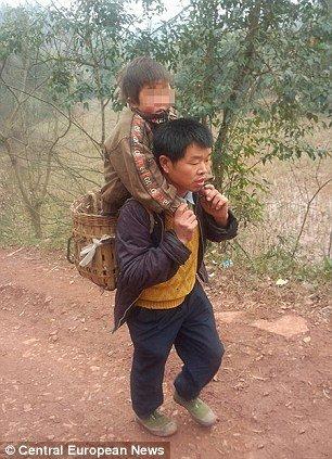 3ae5d07c9afc13298f58e80dcf123cc8 - 毎日障害者の息子を背負って往復29km通学させる父親