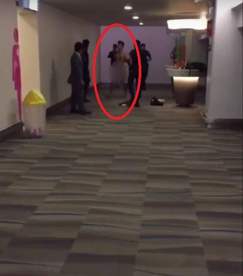 3c77545b5423f8e0681f7a2b4a7b1988 - タイの空港で裸で人々の顔にXを投げる男性