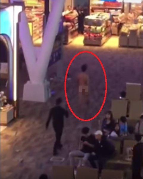 47648b2ae92bee73211b008bb820c179 - タイの空港で裸で人々の顔にXを投げる男性