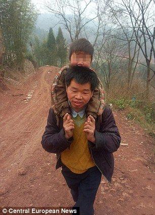 6dd74b75cdf8ef60db296e3c4dbedcf3 - 毎日障害者の息子を背負って往復29km通学させる父親