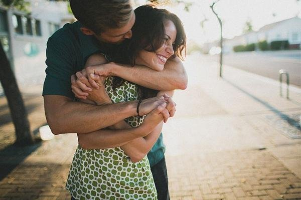 B08AMBPCQAA3Y7C - 8 Different Types Of Hugs And What They Reveal About Your Relationship