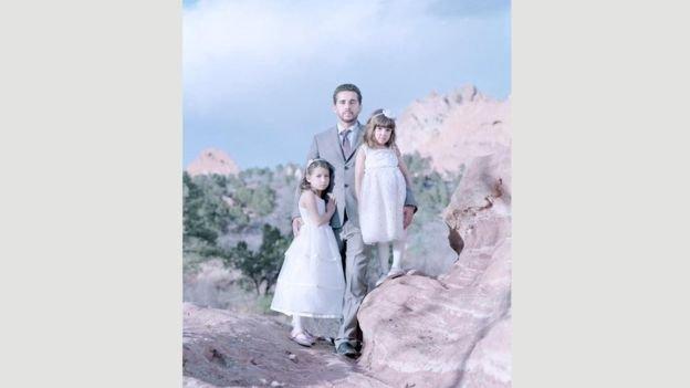 Laila, de 7 anos, e Maya, de 5, com o pai, Antonio, no Colorado