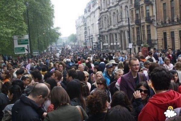 crowd 600x400 - 10 points qui prouvent que le mariage du prince Harry révolutionne la tradition royale!