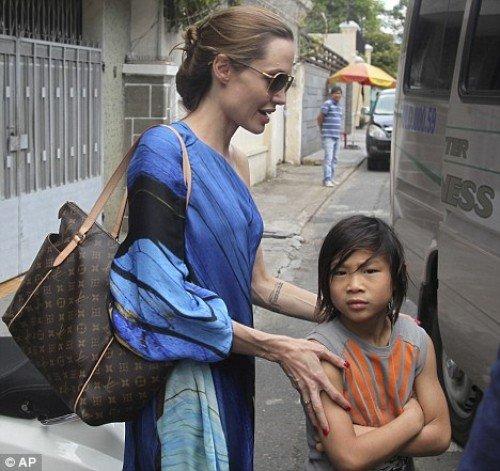 andjelina dzoli 4 e1321024731695 - Pax el hijo adoptivo de Angelina Jolie y Brad Pit tuvo una historia muy triste, fue abandonado de bebé