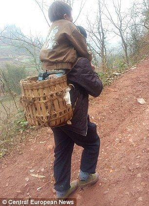 cc8e8c057ccc286a58d2fd2e3e365ae2 - 毎日障害者の息子を背負って往復29km通学させる父親