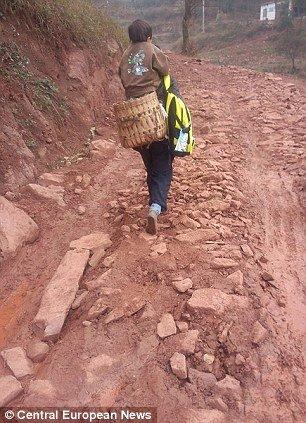 dbcb603a8a8085420fcab97a141f01a8 - 毎日障害者の息子を背負って往復29km通学させる父親
