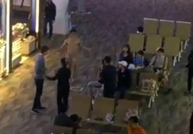 fadfc9e94ed76aab8c4aa336a67ba616 - タイの空港で裸で人々の顔にXを投げる男性