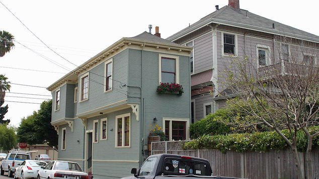 spite house 6 - 10+ Spite Houses Which People Have Built Just To Piss Off Their Neighbors