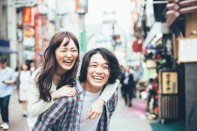 街歩きをするカップル