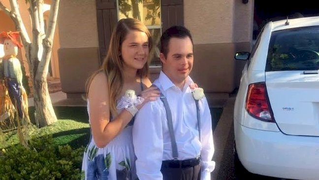 a180af5f 0822 4683 8244 553caa9d8873 desktop 1 - Elle décide d'accompagner son ami trisomique et rejeté au bal du lycée. Ils découvrent ensemble une journée remplie de surprises!