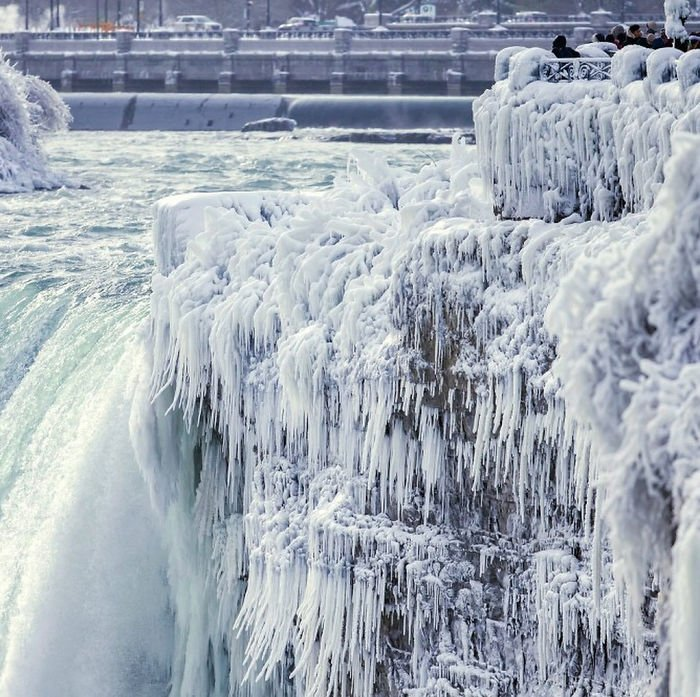 bdyh9wdjoih png  700 - Tourists Rejoice! The Niagara Falls Has Frozen Over Once Again!