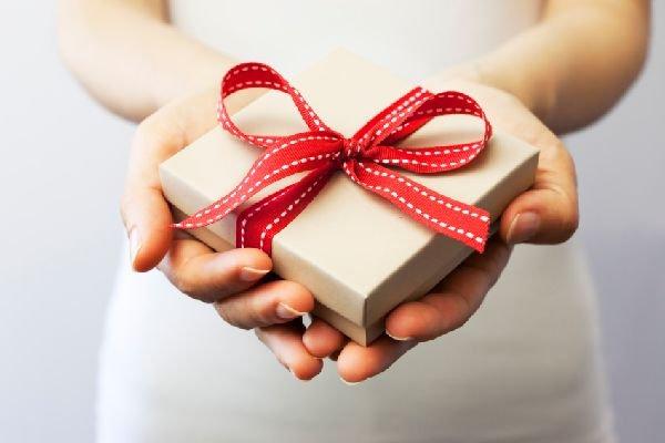 誕生日プレゼントを渡す에 대한 이미지 검색결과