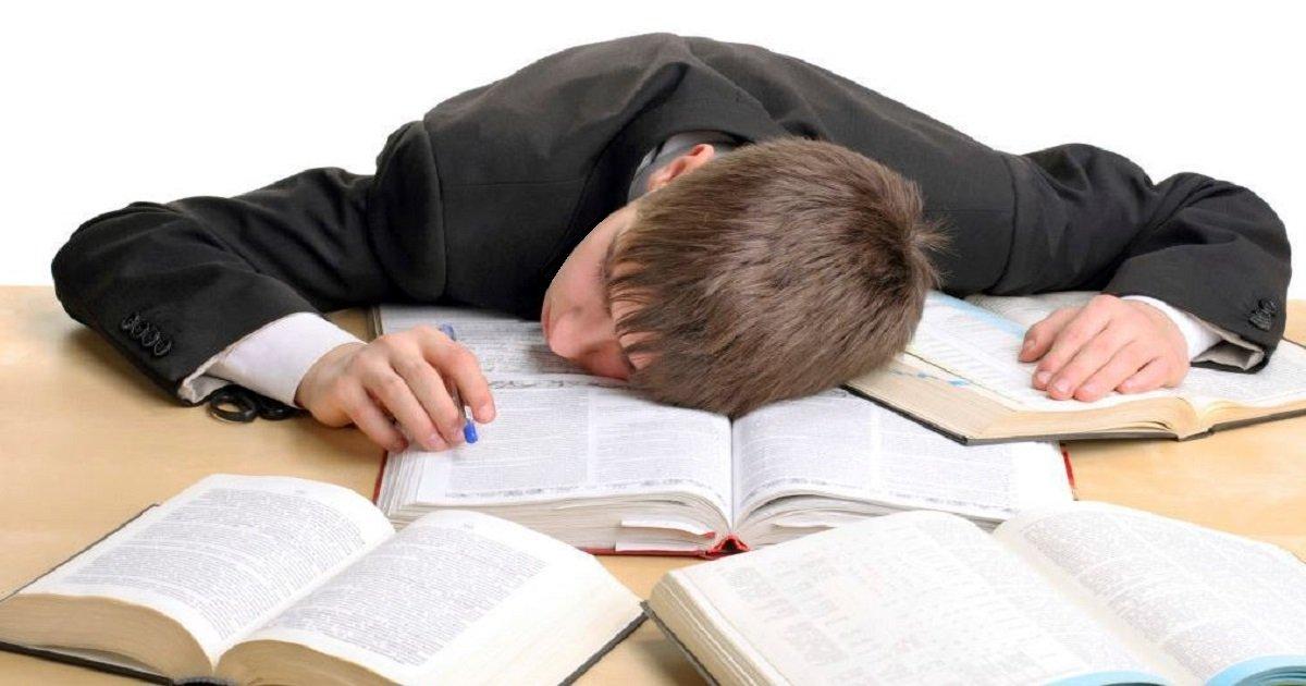 c11.jpg?resize=1200,630 - 책상에 엎드려 자다가  '발작' 하는 것은  수면 부족의 증상이다