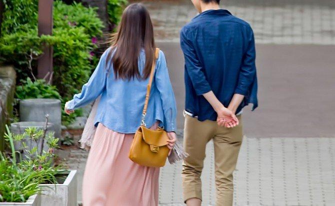 correct boyfriend when gf menstruating www.pakutaso.com shared img thumb 26NJ sannposurukoibitotati 1 - 彼女が生理のときの正しい彼氏の振る舞い方