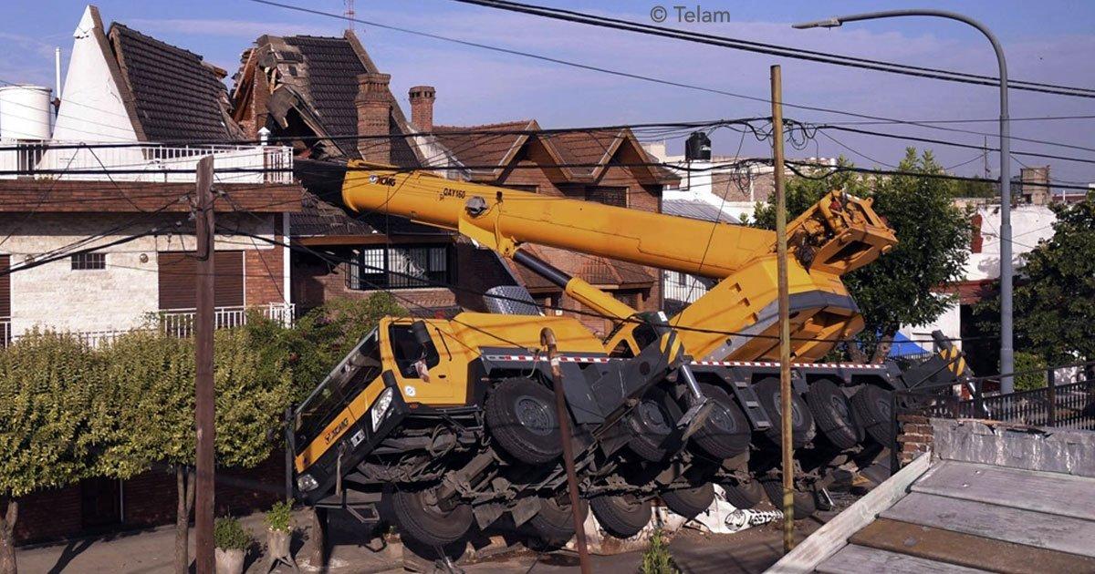cover 124.jpg?resize=1200,630 - Una grúa en Argentina cae sobre una casa al transportar una pileta, aquí el video