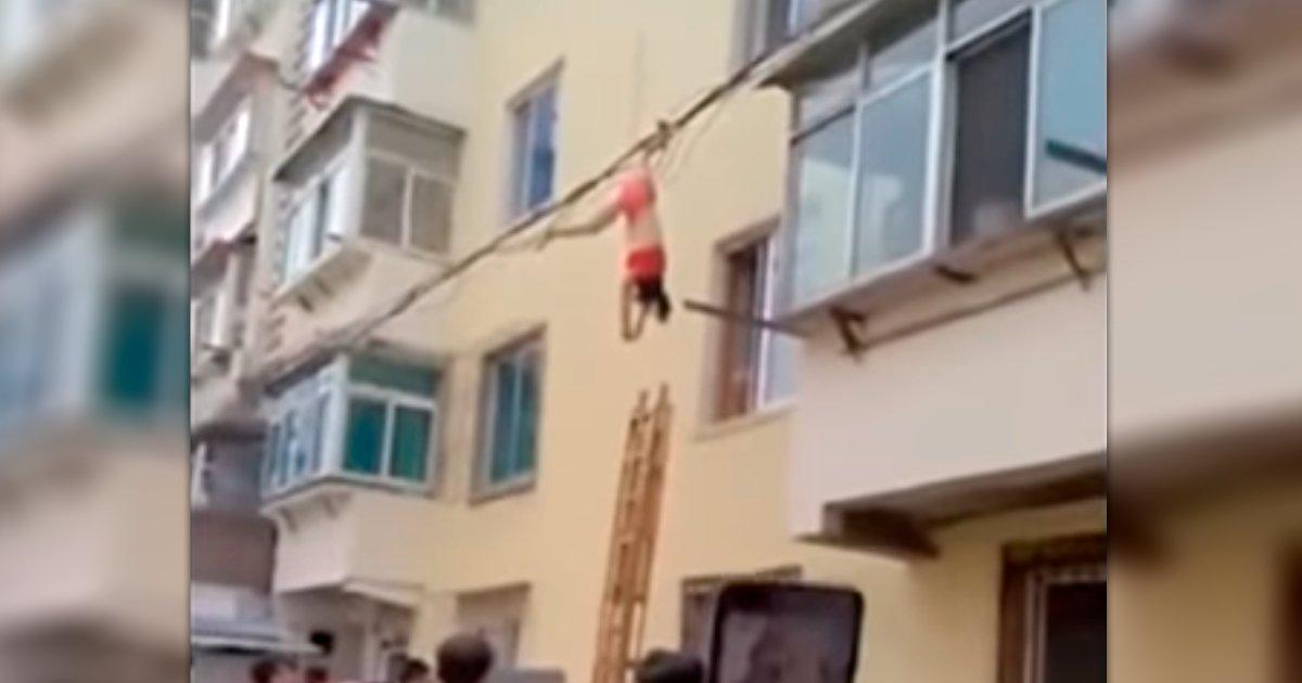 cover 4 2.png?resize=648,365 - Amante de un hombre casado huye por la ventana, queda colgada en cables eléctricos. ¡Y sucede algo insólito!