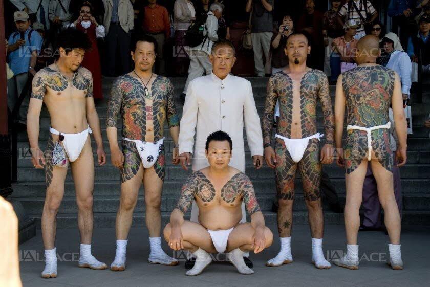 des-yakuzas-lors-du-festival-de-sanja-matsuri-a-tokyo-seul-evenement-de-l-annee-ou-il-peuvent-exhiber-leurs-celebres-tatouages-photo-cc-by-elmimmo-1445518576