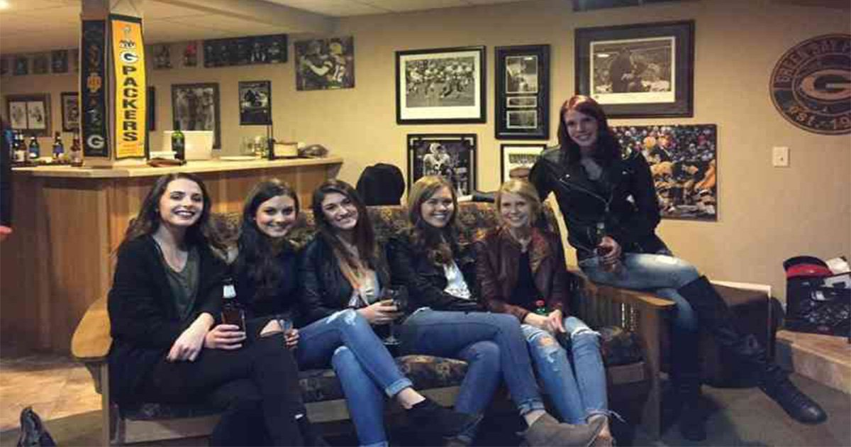 ec8db8eb84ac19 1.jpg?resize=636,358 - Girl Missing Legs on Couch Optical Illusion Goes Viral