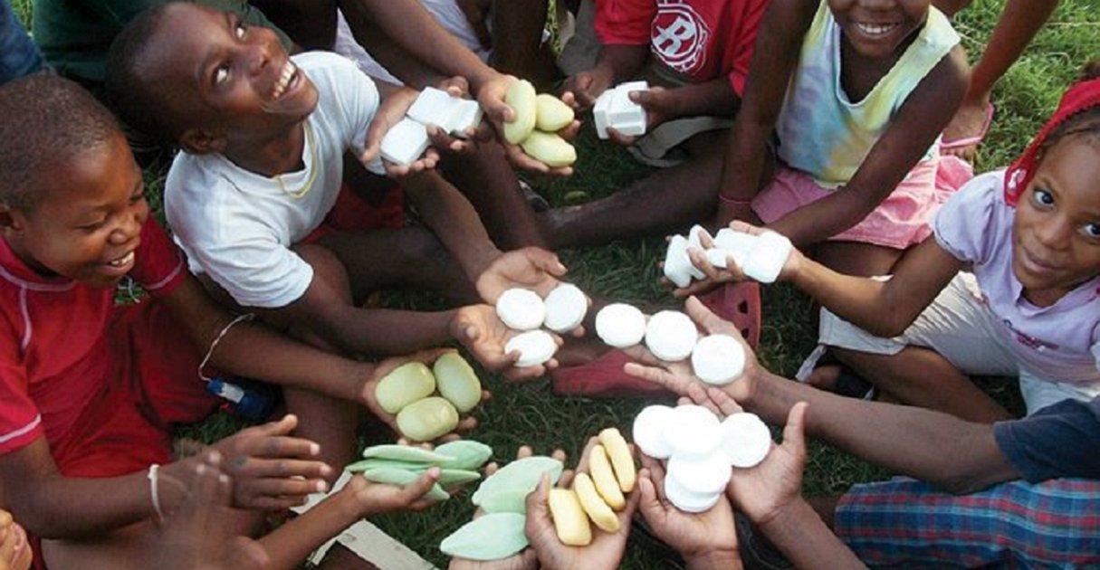 eca09cebaaa9 ec9786ec9d8c 68 - Il recycle les savons des hôtels et les redistribue aux enfants pauvres
