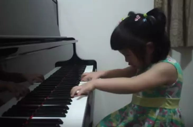 img 5a5e67833ad57 1.png?resize=300,169 - 3-Year-Old Girl's Adorable Piano Skills Went Viral