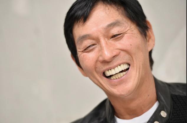 笑顔の目じりのしわがかっこいい明石家さんまの画像・壁紙