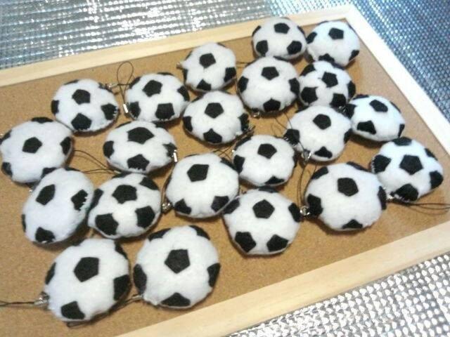 img 5a6a1a69e1cae.png?resize=1200,630 - お守りに!フェルトのサッカーボールの作り方