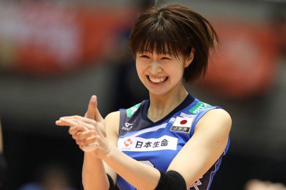 試合中笑顔で拍手をしている木村沙織のかわいい画像