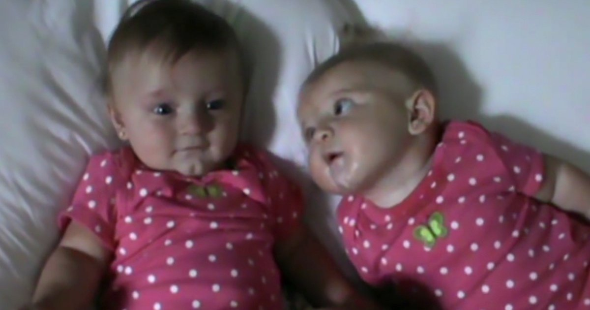 mainphoto soeur.jpeg?resize=300,169 - [Vidéo] Cette petite fille sait comment faire rire sa sœur! Elles vont vous faire fondre!