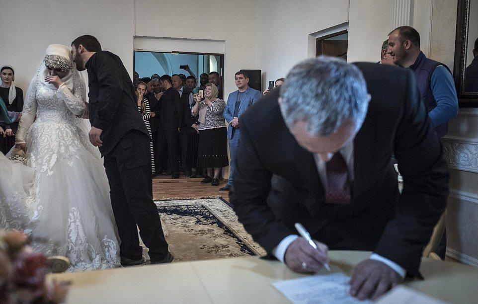 adolescente forçada-para casar-older-polícia-chief_2