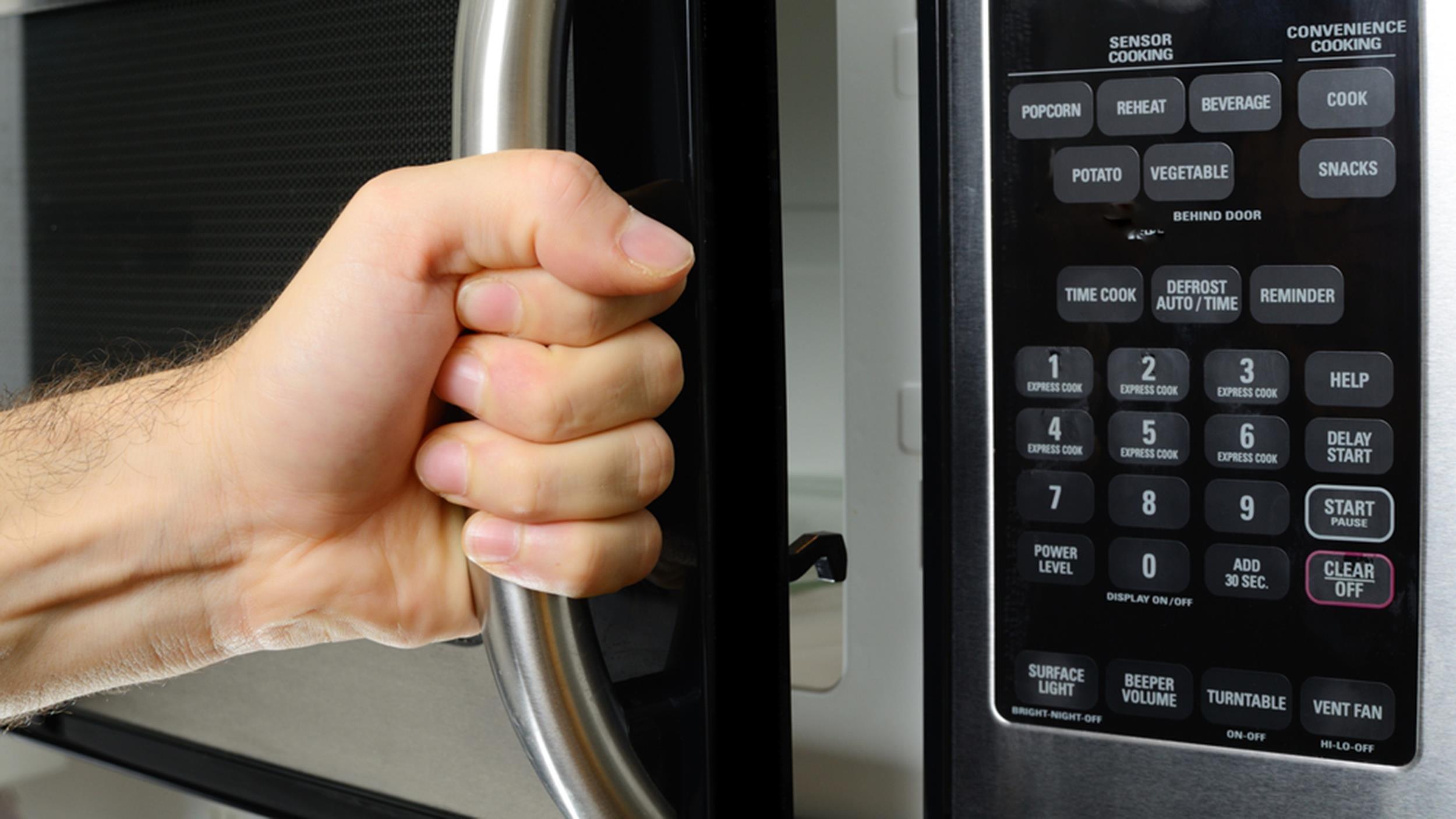 today microwave tease 150403 cbb495fe20f4ca7efdef05121222ffda.jpg?resize=300,169 - Riscos que o micro-ondas pode trazer à saúde