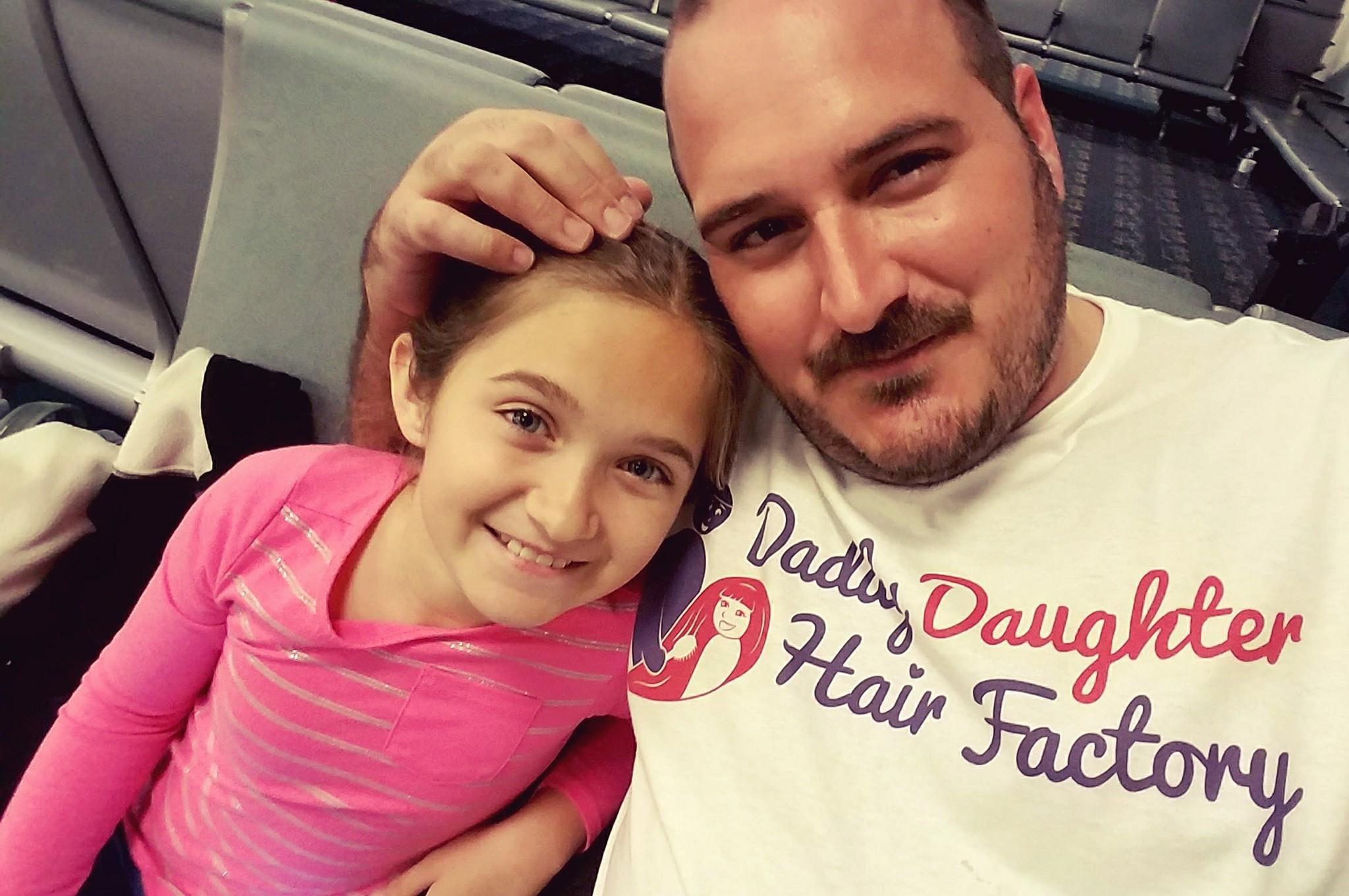 17015875 2217834178442691 232614001719469140 o - Padre soltero aprende a peinar a su hija con estilo y pone su escuela para que otros papás aprendan