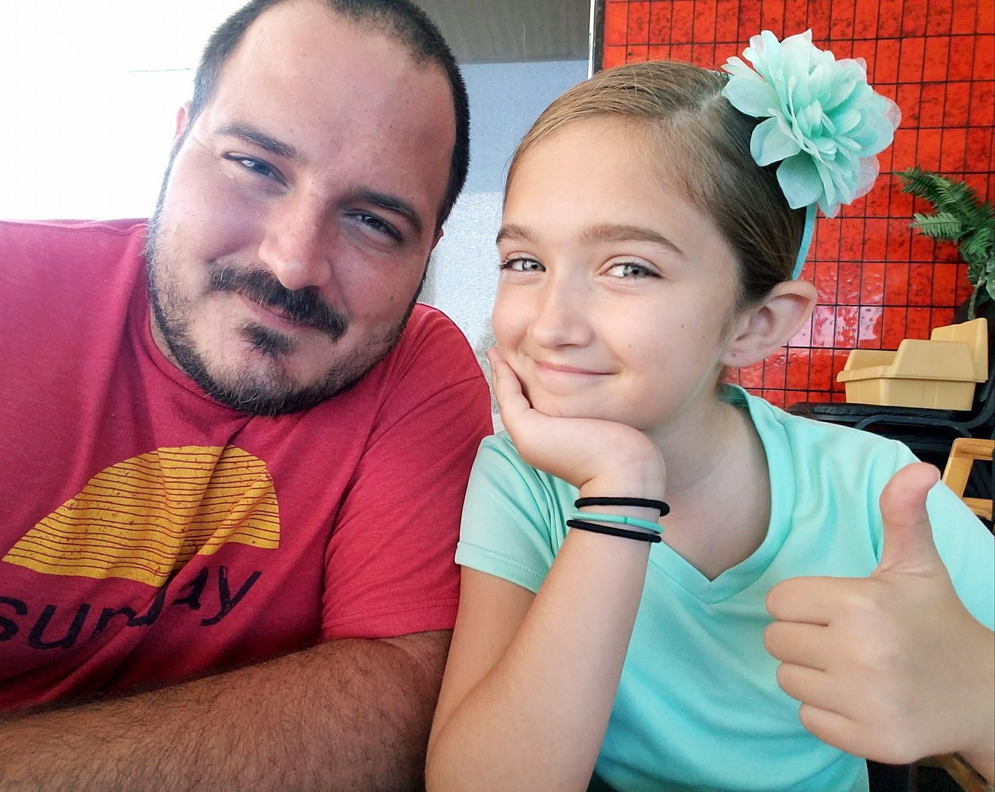 23331083 2385791818313592 1100729566720390413 o - Padre soltero aprende a peinar a su hija con estilo y pone su escuela para que otros papás aprendan