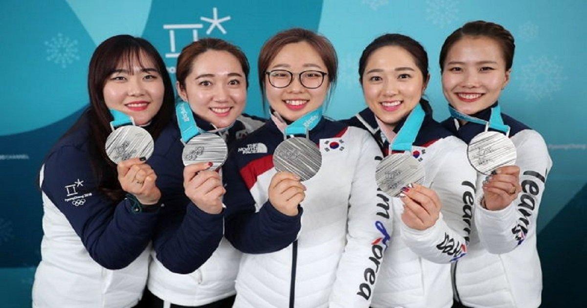 3333 10 - 올림픽 16일만에 '휴대폰' 전원 켠 여자 컬링팀이 놀란 이유는?