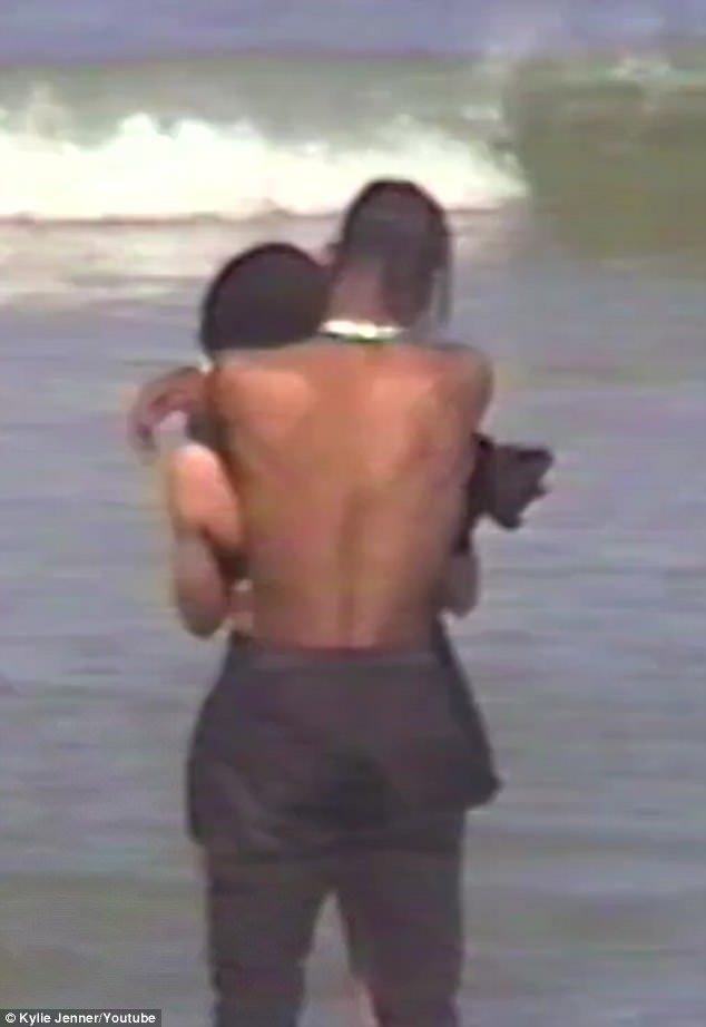 Gestes romantiques: Travis a serré Kylie dans les images de la vidéo d'annonce