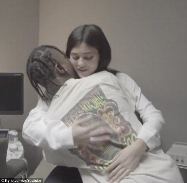 Aimé: Travis a tenu à Kylie après avoir reçu les nouvelles de sa grossesse dans la nouvelle vidéo