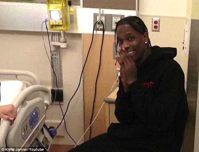 Salle d'accouchement: Le père attend nerveusement l'arrivée de sa fille avec un énorme sourire dans la salle d'accouchement, comme le révèle la nouvelle vidéo